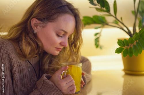 Женщина смотрит на чай.