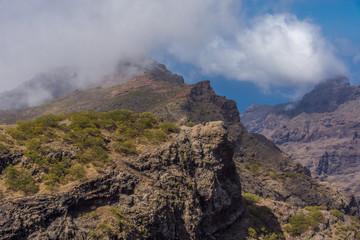 Karg ragen die Gipfel des Teno-Gebirges in den Himmel