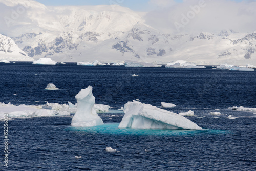 Foto op Aluminium Arctica Antarctic landscape with iceberg