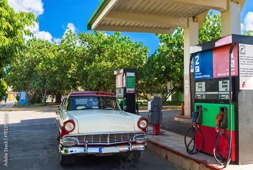 Amerikanischer rot weisser Oldtimer an der Tankstelle in Santa Clara Kuba - Seri Canvas Print
