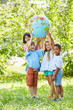 Leinwanddruck Bild - Multikulturelle Gruppe Kinder hält Weltkugel