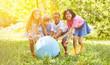 Leinwanddruck Bild - Gruppe Kinder beim Spielen mit Weltkugel