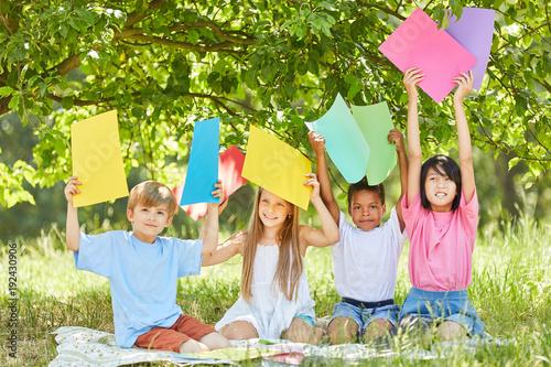 Kinder der kreativen Bastelgruppe im Park