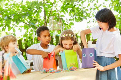 Valokuva  Gruppe Kinder beim Auspacken von Geschenken