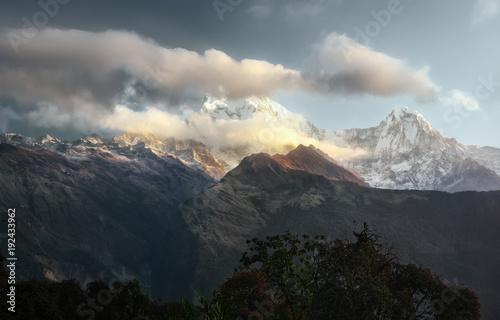 Plakat Sceniczny krajobraz z pasmem górskim Annapurna, himalaje na wschodzie słońca.