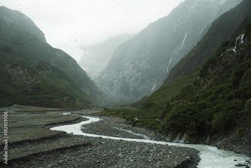 Plakat Krajobraz zieleni halni szczyty z chmurnym białym niebem