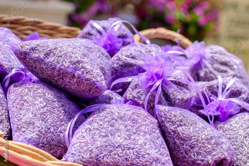 Tuinposter Lavendel Sachets de lavande seché au marché de Provence.