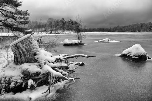 zimowy-krajobraz-na-zamarznietym-jeziorze