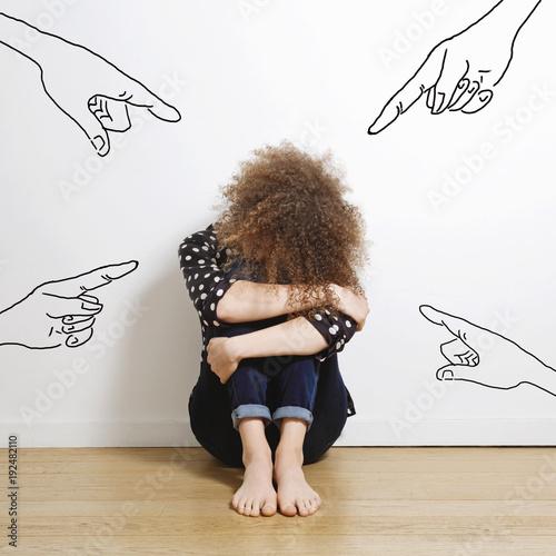 Photo jeune femme triste pointée du doigt