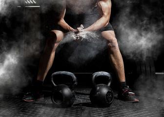 Sztangista klaskanie ręce i przygotowanie do treningu na siłowni