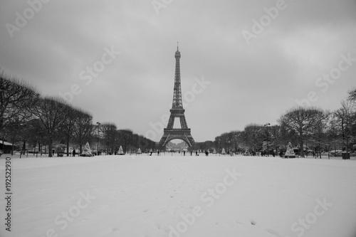 Foto  full snow eiffel tower in panorama