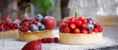 Stampa su Tela Berry Tart  - French Pastry Cakes redcurrant blueberry strawberries
