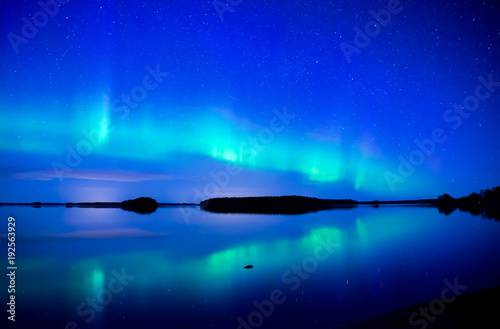 Montage in der Fensternische Dunkelblau Northern lights dancing over calm lake. Farnebofjarden national park in Sweden