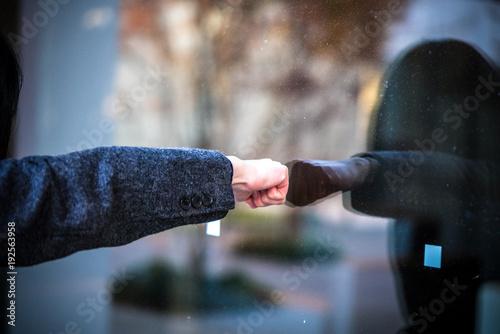 ガラスを殴るビジネスウーマン Wallpaper Mural