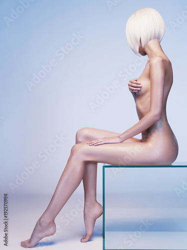 Staande foto womenART Nude sensual woman with fashionable hairstyle. Beautiful naked lady.