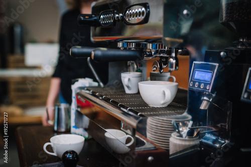 Plakaty do kawiarni ekspres-dwukolbowy-podczas-parzenia-espresso