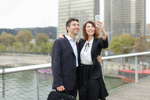 Photo Marketer  and HR manager  taking selfie by smartphone, old friends suddenly meet during lunch break