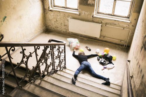 Fényképezés  Frau hat Unfall auf Treppe
