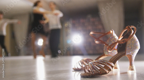 Photo Blurred professional man and woman dancing Latin dance in costumes in the Studio