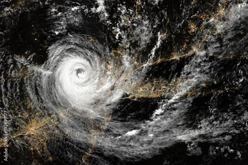 huragan-nad-polnocno-wschodnimi-stanami-zjednoczonymi-w-nocy-nowy-jork-i-newark-new-jersey-dluga-wyspa-widok-z-lotu-ptaka-elementy