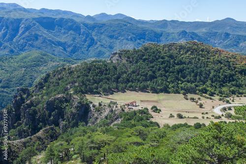 Plakat Widok dolina z wiejskimi domami w górach Montenegro