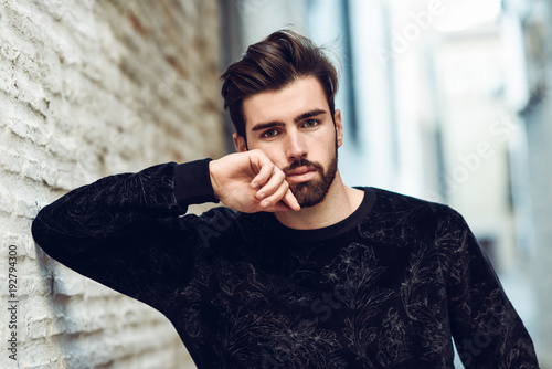 Canvas Print Young bearded man, model of fashion, in urban background wearing casual clothes