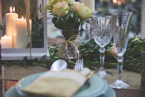 Tavolo elegante in sala da pranzo – kaufen Sie dieses Foto und ...