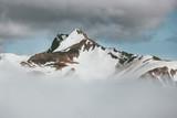 Góry śnieżny szczyt w chmurach minimalnych Krajobrazowy Podróżuje dzikiej natury scenicznego widok - 192807354