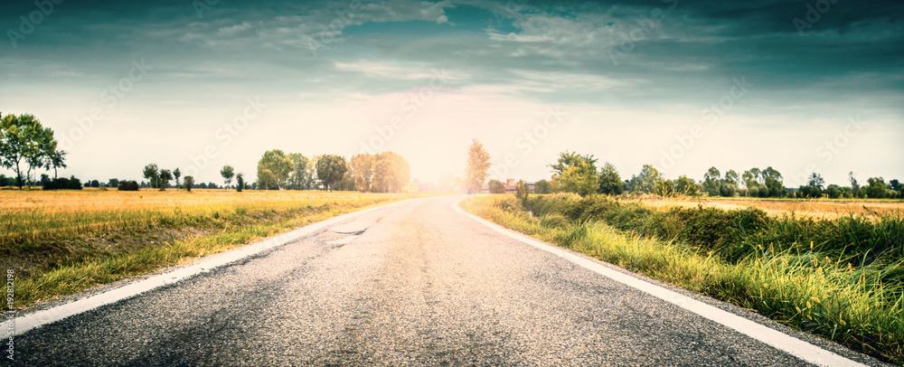 Fototapeta strada di campagna all'alba