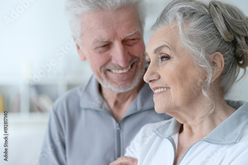 Fotomural  happy senior couple at home