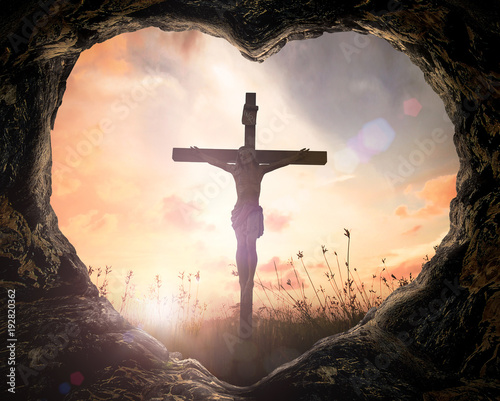 Fotografia Good Friday concept: Heart shape of cave with Jesus Christ on cross over meadow sunset background
