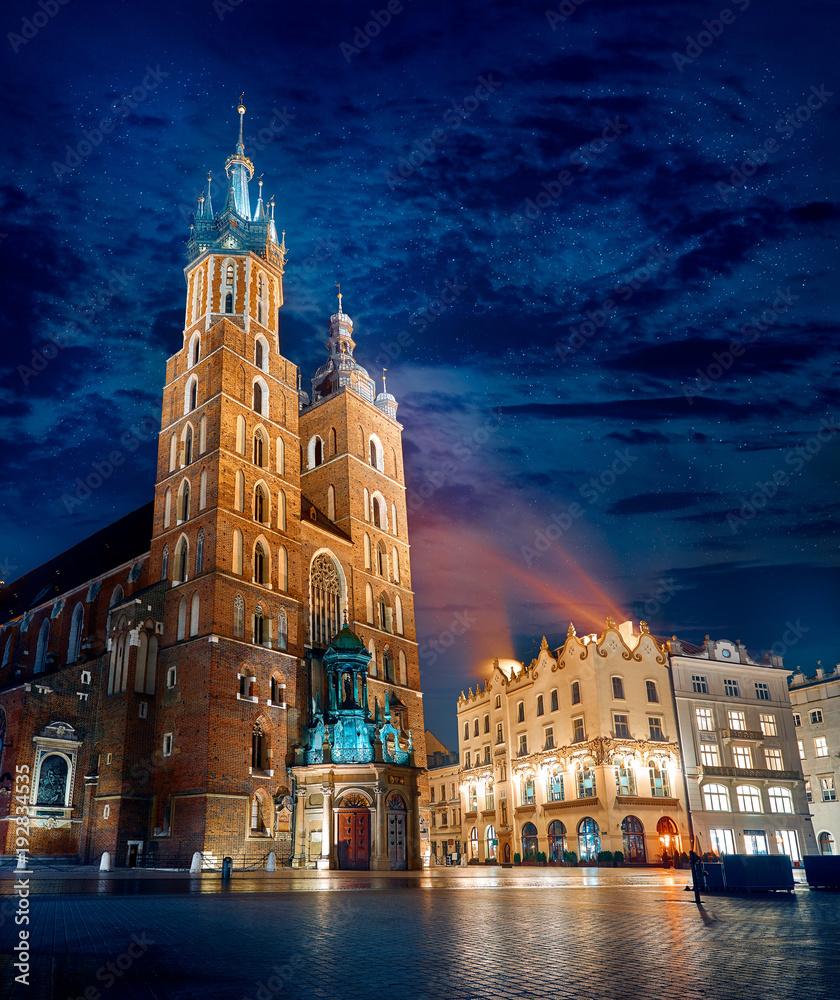 Słynny punkt orientacyjny Bazyliki Najświętszej Maryi Panny na rynku w Krakowie