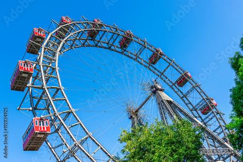 Fototapeta premium Punkt orientacyjny w Wiedniu - Wiener Riesenrad na wiedeńskim Praterze.