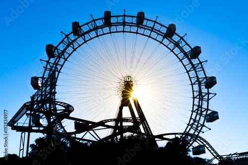 Foto  Wahrzeichen in Wien - Wiener Riesenrad im Gegenlicht bei Sonnenuntergang