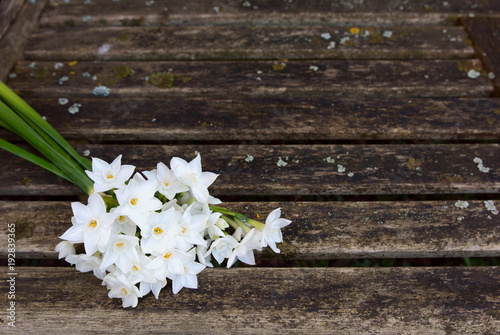 Cadres-photo bureau Narcisse Bunch of white narcissi flowers on a rustic bench