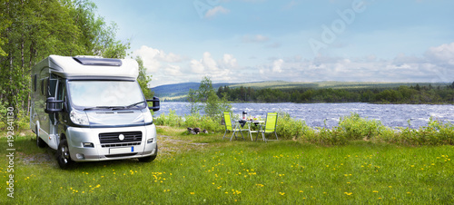 Reisemobil am Fluss Wallpaper Mural