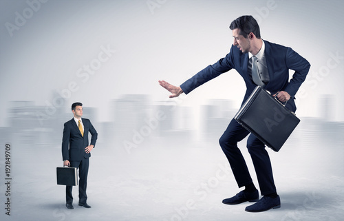 Photo Giant businessman is  afraid of small executor