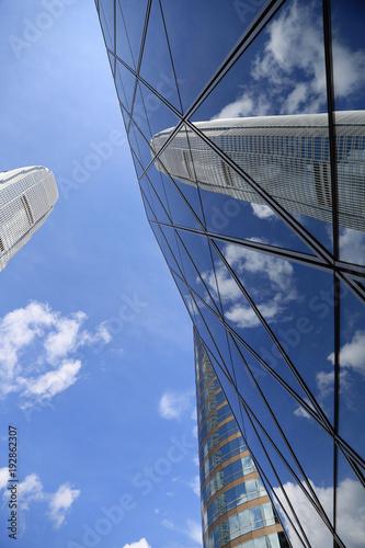 Reflexion moderner Hochhaus-Fassade im Geschäftszentrum von Hong Kong Island