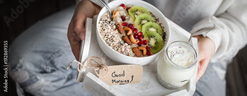 Fotografia healthy breakfast at the girl in hands, concept of healthy food