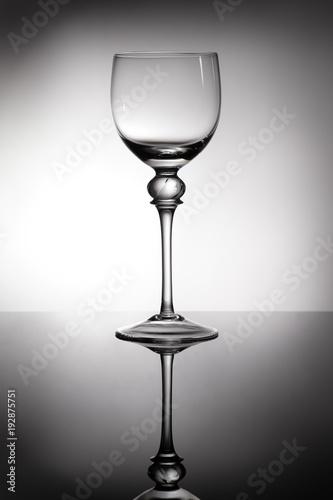 kieliszek-do-wina-bialego-z-tylu-swiatla