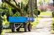 alter blauer Anhänger auf einem Parkweg oder Waldweg