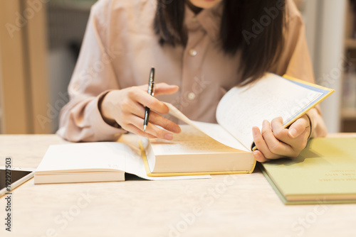 Photo 図書館で勉強する 女子大生
