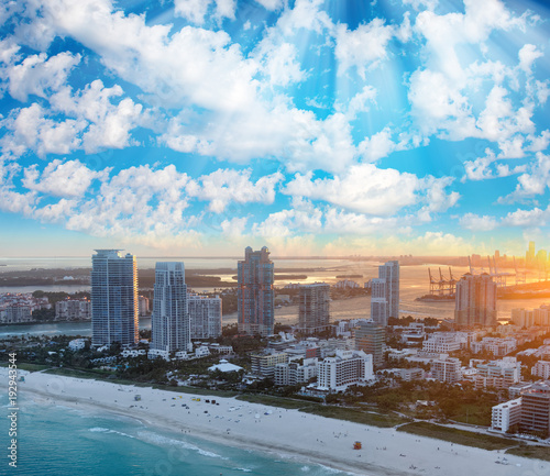 Spoed Foto op Canvas Verenigde Staten Miami Beach aerial skyline on a beautiful winter sunset