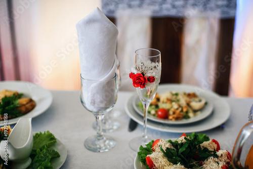 Fototapeta pięknie zdobione kieliszki na świąteczny stół na wesele