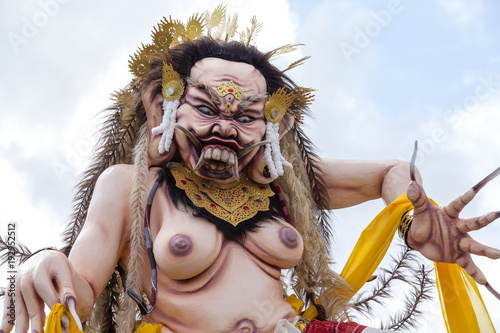 Photo Ogoh-ogoh statue built for the Ngrupuk parade, which takes place on the even of
