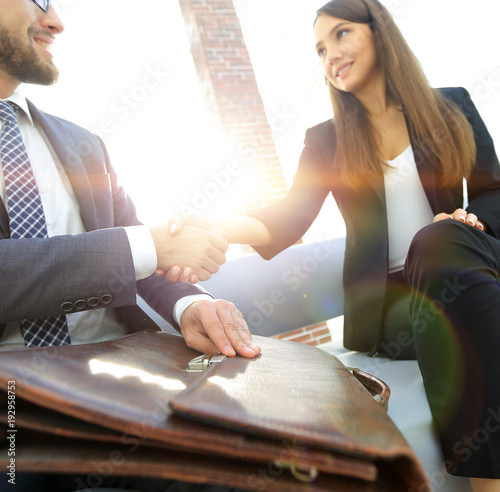 Fotografía  Businessman shaking hands to seal a deal with his partner