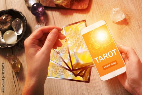 Fotografía Tarot cards and mobile phone