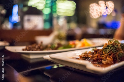 Fototapeta Niewyraźne tło żywności w barze i restauracji.