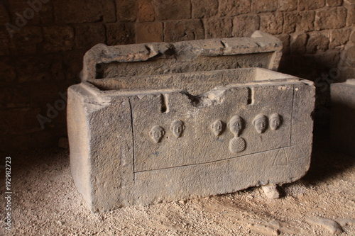 Photo un sarcophage au chateau Saint Gilles de Tripoli