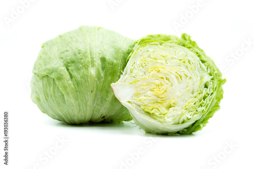 Eisberg Eisbergsalat Salat isoliert freigestellt auf weißen Hintergrund, Freisteller